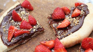 chocolate-and-strawberry-pizza_landscapeThumbnail_en-UK.png
