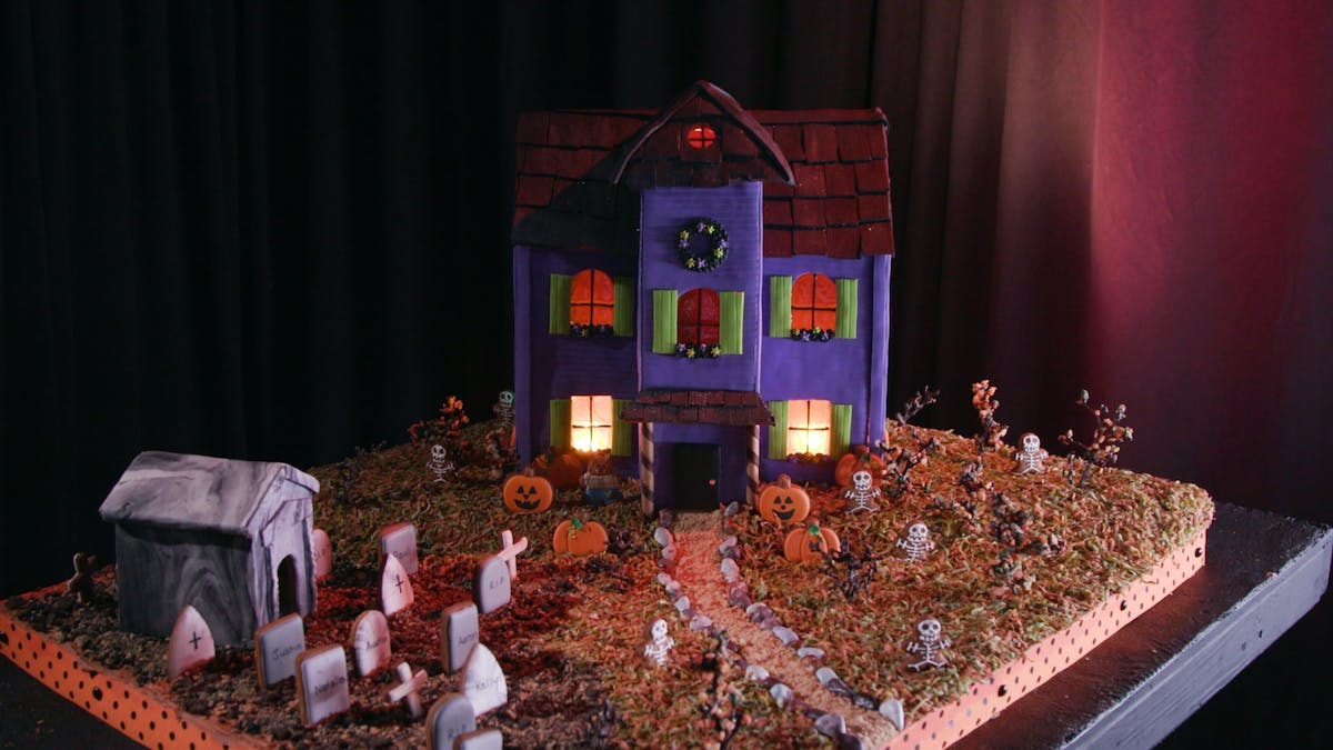 3308_Halloween-Gingerbread-House_Land1.jpg