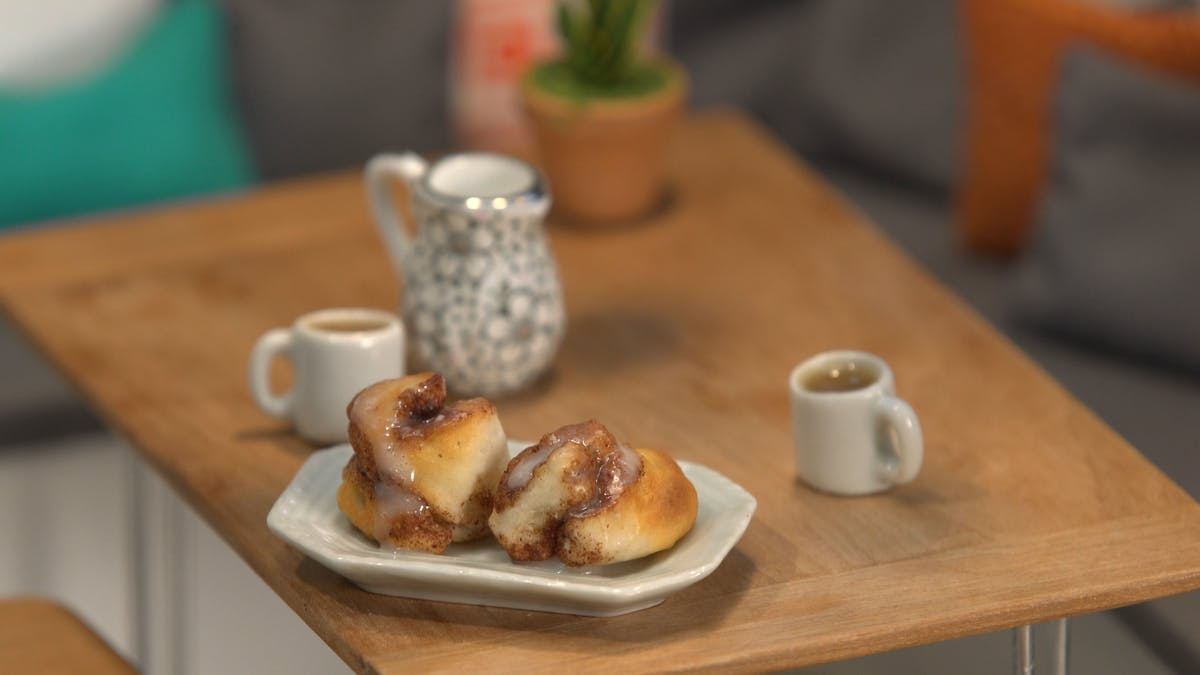 tiny-kitchen_s1e9_tiny-cinnamon-roll_landscapeThumbnail_en.png